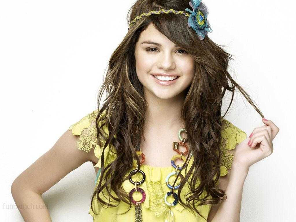 Selena Gomez 2013 1600x1200 Wallpaper