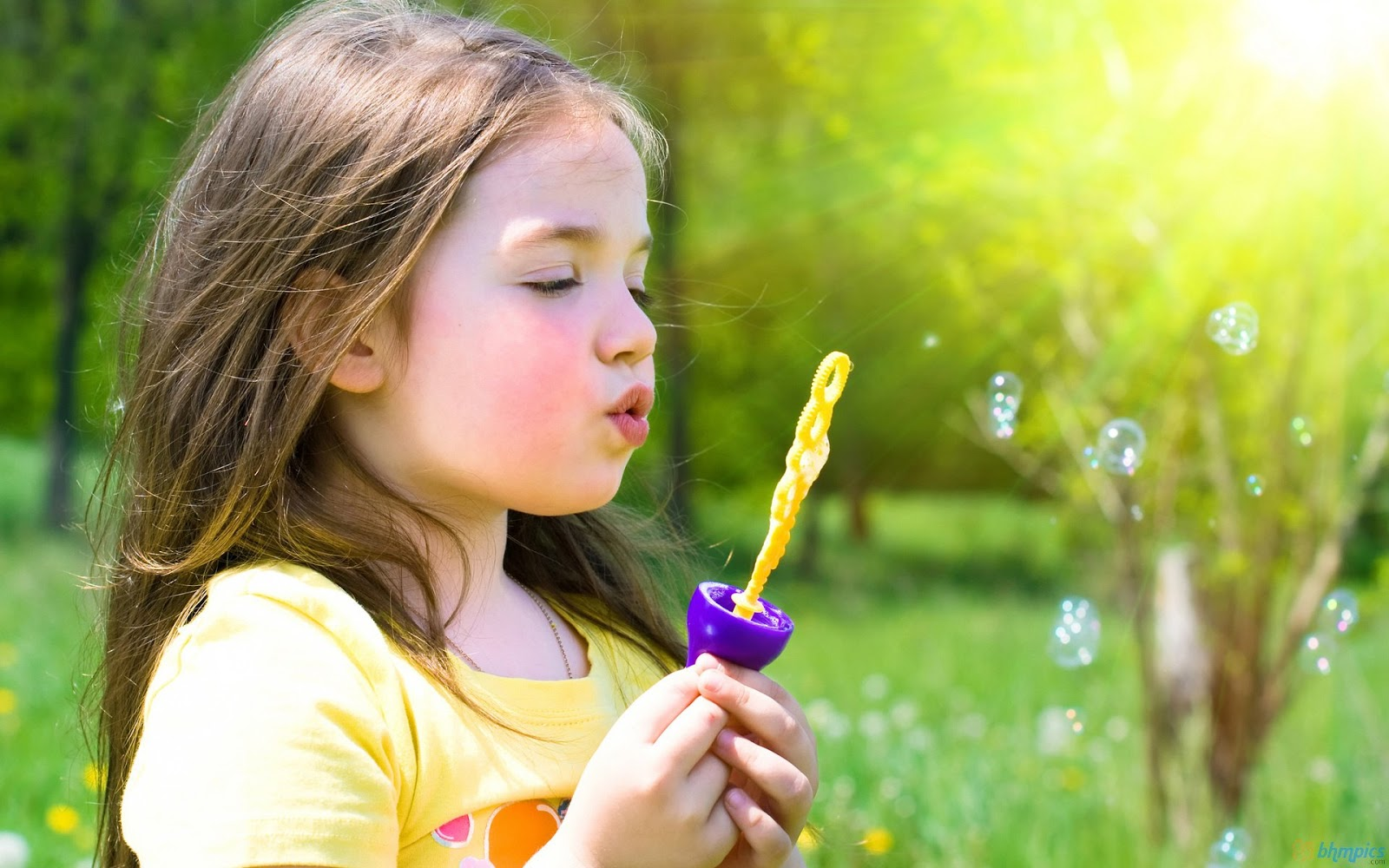Cute Little Girl Playing Bubbles HD Wallpaper | Cute Little Babies Wallpaper
