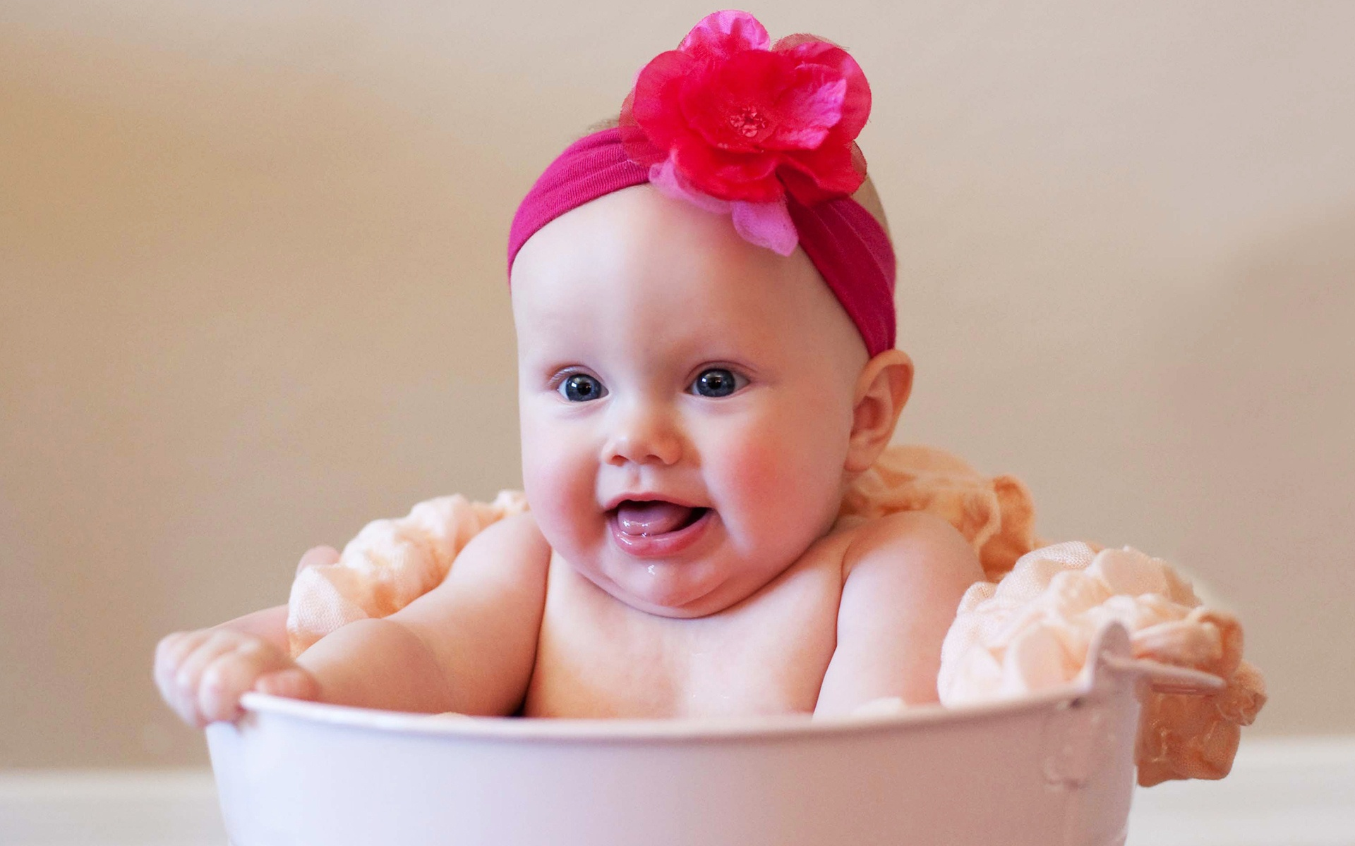 Free_wallpaper_of_baby__a_cute_bathing_baby_girl_ Wallpaper