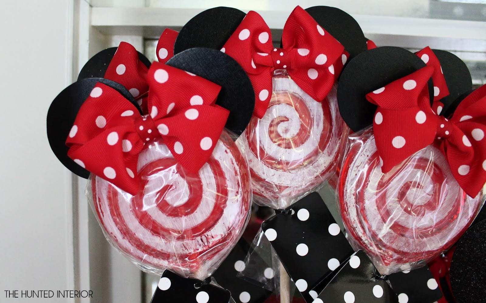 Ears Just Seemed To Minnie Fy Everything. Simple Red & White Lollipops Wallpaper