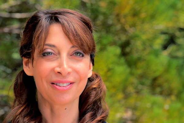 Illeana Douglas Smile Face HD Wallpaper Wallpaper