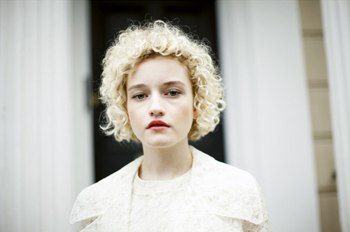 Julia Garner Photo HD Wallpaper Wallpaper